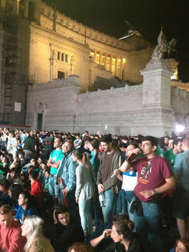 The crowd next to Il Vittoriano.