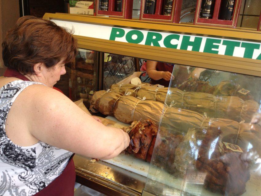 Cutting the suckling pig at La Pizzicheria.