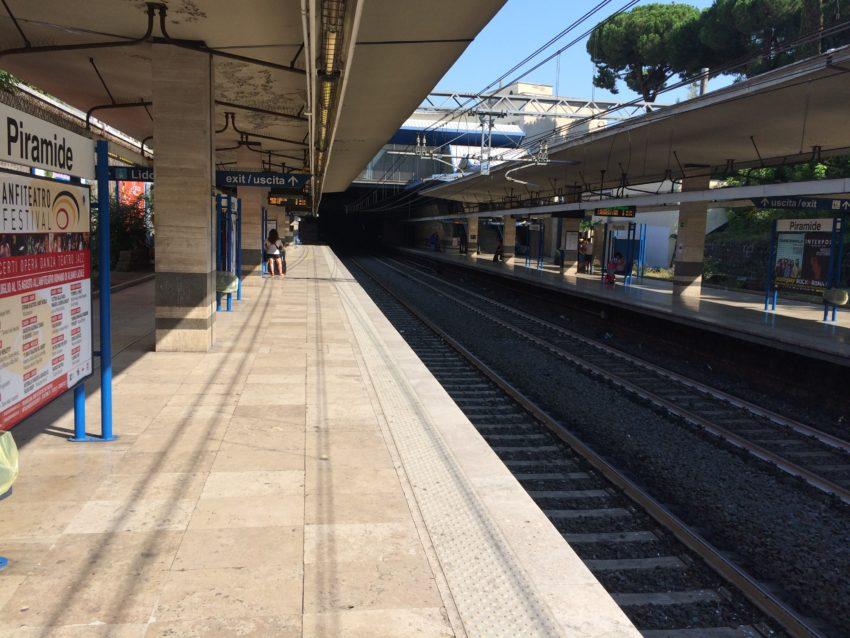The platform of my Piramide subway stop.
