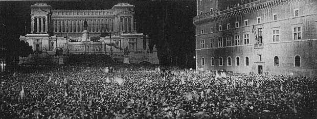Palazzo Venezia and Piazza Venezia during one of Mussolini's speeches.